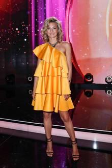 """In einem orangefarbenen Volant-Kleid mit asymmetrischen Ausschnitt strahlt Ella Endlichbei der ZDF Show """"Willkommen bei Carmen Nebel"""" in der TUI Arena in Hannover."""