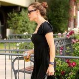 """Schauspielerin Jennifer Garner verzichtet auf den To-Go-Becher aus Pappeund setzt umweltbewusst auf einen """"Keepcup"""", um ihren Tee unterwegs trinken zu können."""