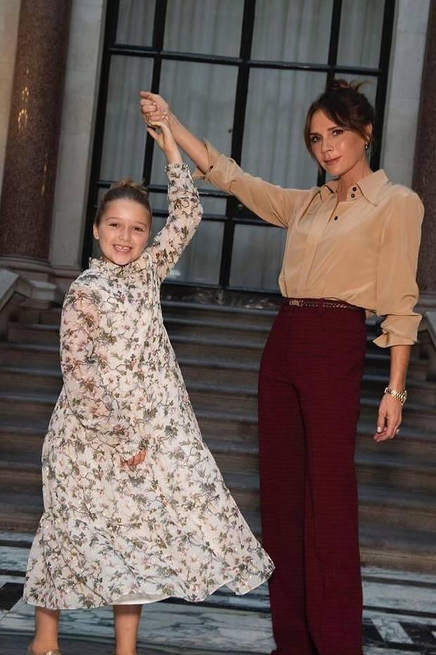 Harper Seven Beckham macht stilsicher im floralen Maxi-Dress die Fashion Week in London unsicher: Egal ob in der Front Row im Partnerlook mit Fashion-Ikone Anna Wintour oder hinter den Kulissen mit Mama Victoria – Harper ist jetzt schon Mode-Profi.