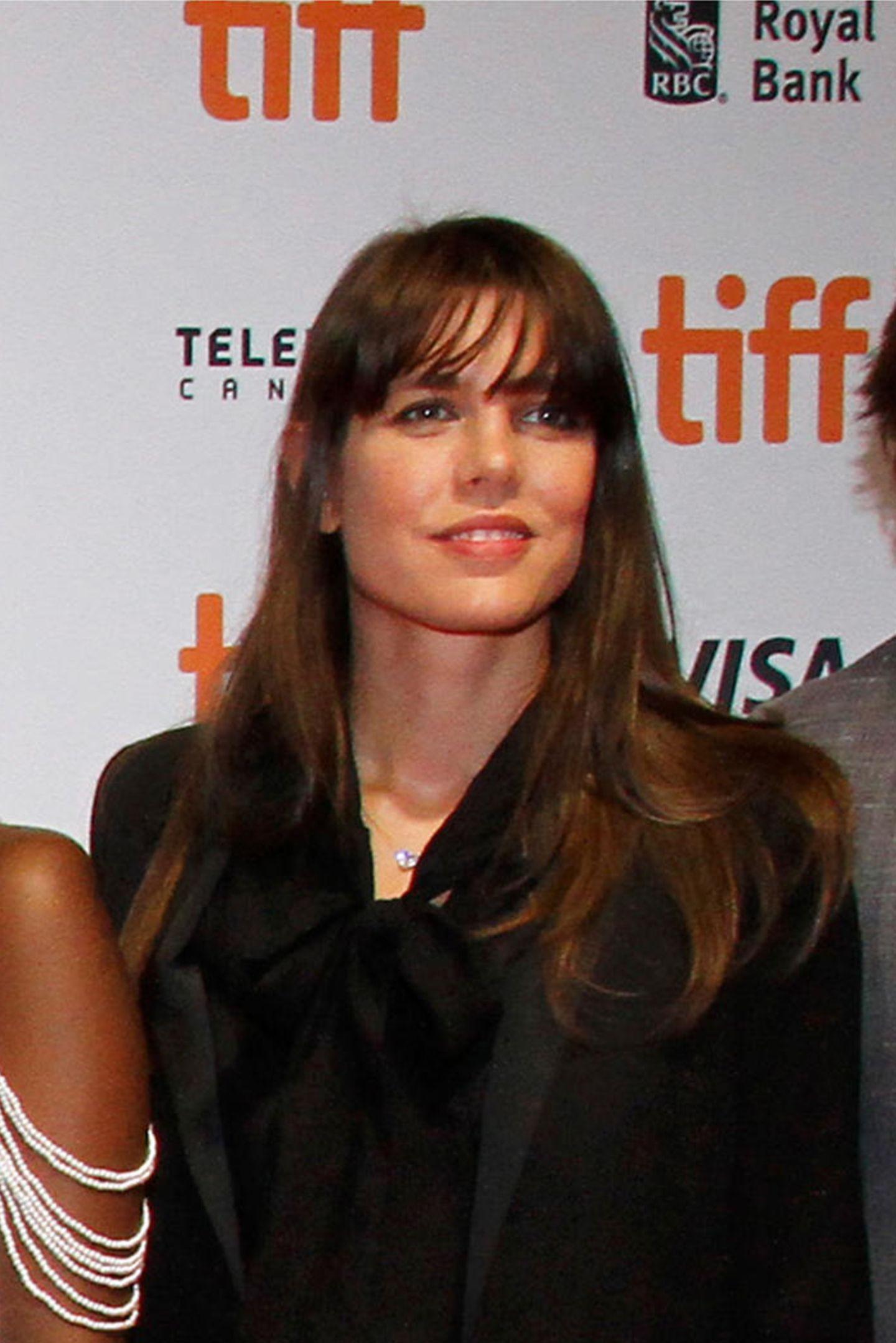 Beim Filmfestival in Toronto zeigtCharlotte Casiraghi ihre neue Pony-Frisur – und erinnert damit umso mehr an ihre Mutter Caroline von Hannover in jungen Jahren.