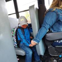 Mit dieser zuckersüßen Geste macht die Busfahrerin Axel den ersten Schultag leichter