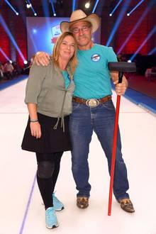 """2017 nehmen Konny Reimann und seine Frau, Manuela Reimann, beim großen RTL2 Promi Curling Abend teil. Das Paar ist bekannt aus ihrer eigenen TV-Sendung """"Die Reimanns"""". Manuela Reimann war schon immer schlank, nun zeigt sie sich jedoch völlig verändert mit 15 Kilo weniger auf den Rippen ..."""