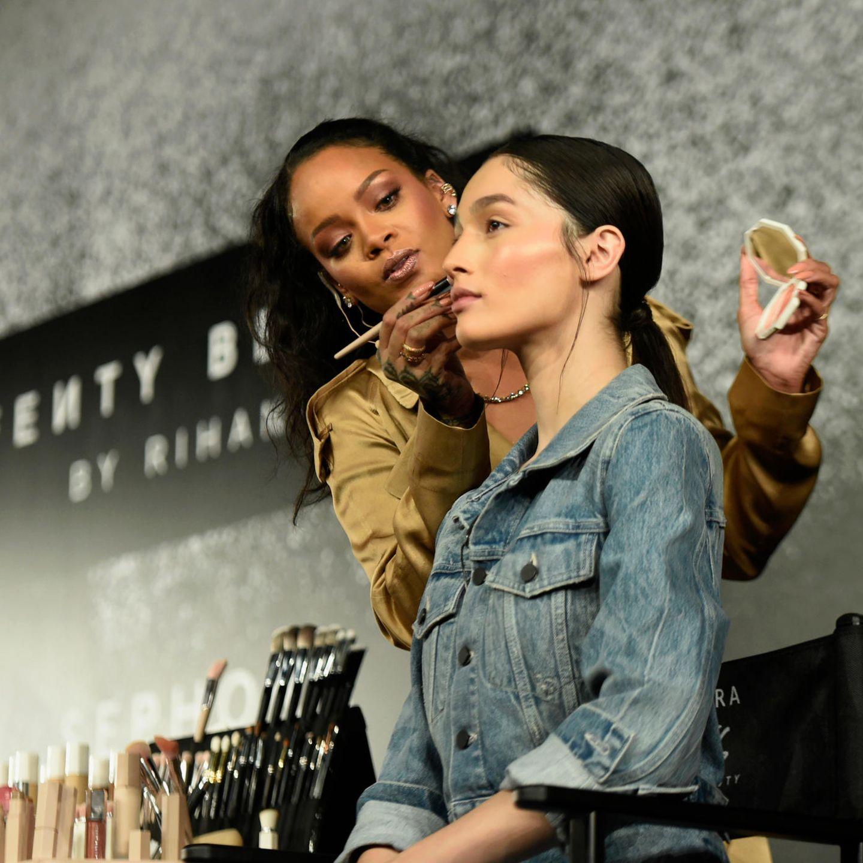 Rihanna schminkt ein Model