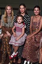Tatiana Santo Domingo (Mitte) lässt sich die Show vonEmilia Wickstead auf der London Fashion Weeknatürlich nicht entgehen – sie bringt sogar Töchterchen India mit in die Front Row. Auch der jüngste Gast passt mit dem Print-Kleid perfekt in die stylische Mädelsgruppe.