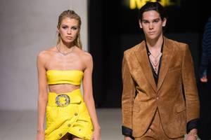 Zusammen mit Supermodel Stella Maxwell schwebtdieser hübsche junge Mann bei der London Fashion Week über den Catwalk… Es ist Paris Brosnan, der Sohn des wohl bekanntesten Geheimagenten der Welt. Die Rede ist von Pierce Brosnan, der bis 2002 James Bond verkörperte. Keine Lizenz zum Töten, dafür aber die Lizenz für den Catwalk hat nun Paris, der seit 2018 für die großen Designer läuft.