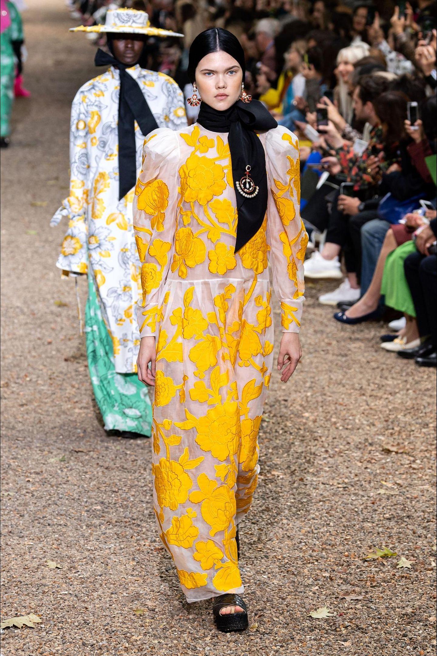 Auf der Londoner Fashion Week hat derkanadischeModedesigner Erdem Moralioğlu mitbritisch-türkischer Abstammung seine Ready-to-Wear-Kollektion vorgestellt. Und nicht nur wir sind große Verehrer seiner stylischen Designs, auch im britischen Königshaus hat er einen großen Fan ....
