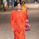 Puffärmel und Lochmuster dominieren die neue Erdem-Kollektion, die während der Londoner Fashion Week für viel Applaus gesorgt hat.