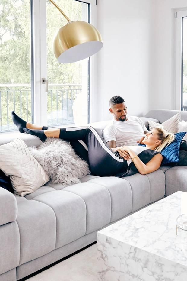 Kuscheliges Zuhause: Sarah und Dominic Harrison sind mit ihrer Tochter in ein neue Wohnung gezogen - und die kann sich sehen lassen! Das neue Heim des Influencer-Pärchens ist nicht nur gemütlich, sondern auch super stilvoll. Die Einrichtung stammt von Westwing.