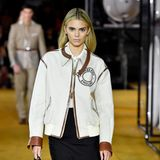 Model-Kollegin Kendall Jenner läuft ebenfalls für Burberry – und präsentiert dabei ihre blond-gefärbte Mähne.