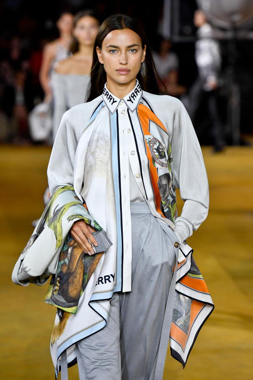 Irina Shayk präsentiert die neue Burberry-Kollektion auf der Londoner Fashion Week und sie sieht - wie immer - phänomenal aus.
