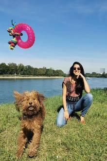 Rebecca Mir genießt die Spielstunde mit ihrer Goldendoodle-Dame Macchia.