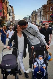 Sila Sahin und Samuel Radlinger-Sahin mit ihren zwei Kindern