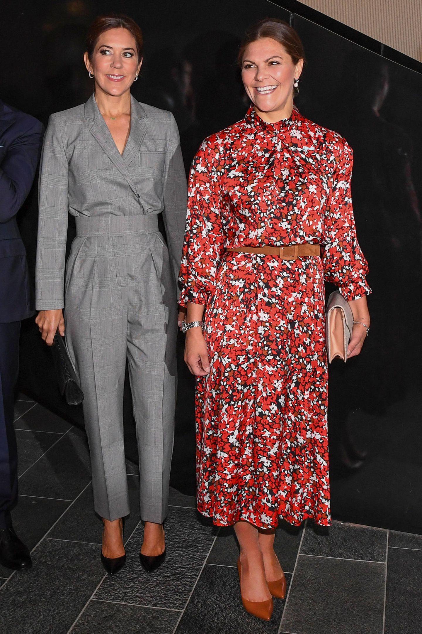 Schwedens Vorzeige-Royal trifft auf Dänemarks Fashion-Ikone: Prinzessin Mary und Prinzessin Victoria könnten während eines gemeinsamen Termins in Kopenhagen unterschiedlicher nicht aussehen: Victoria in einem Midi-Kleid des Labels Dagmarmit rot-weißem Blumenmuster ...