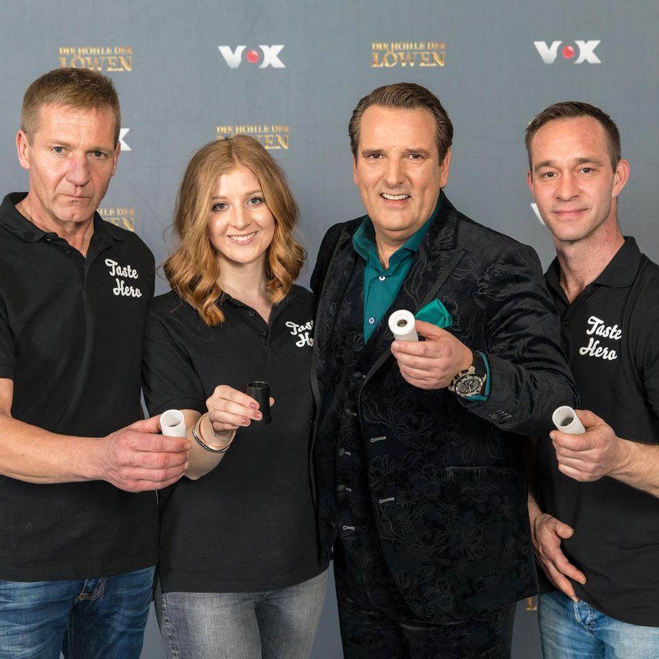 """Die Gründer von """"Taste Hero"""" und der glückliche Investor: Ralf Dümmel."""