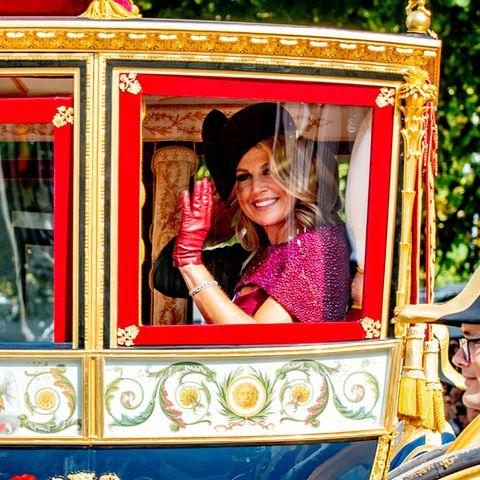 Die Kutsche fährt beim Rittersaal vor und wir können einen ersten Blick auf Königin Máxima erhaschen.