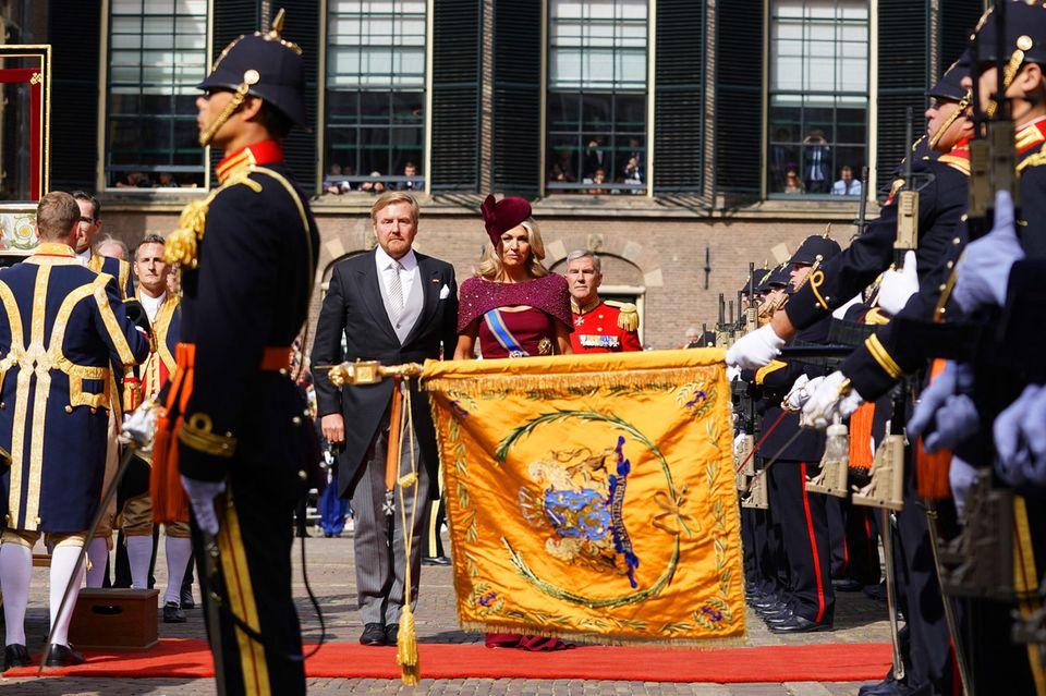 Unter den Klängen der niederländischen Nationalhymne findet der Empfang am Den Haager Binnenhof statt.
