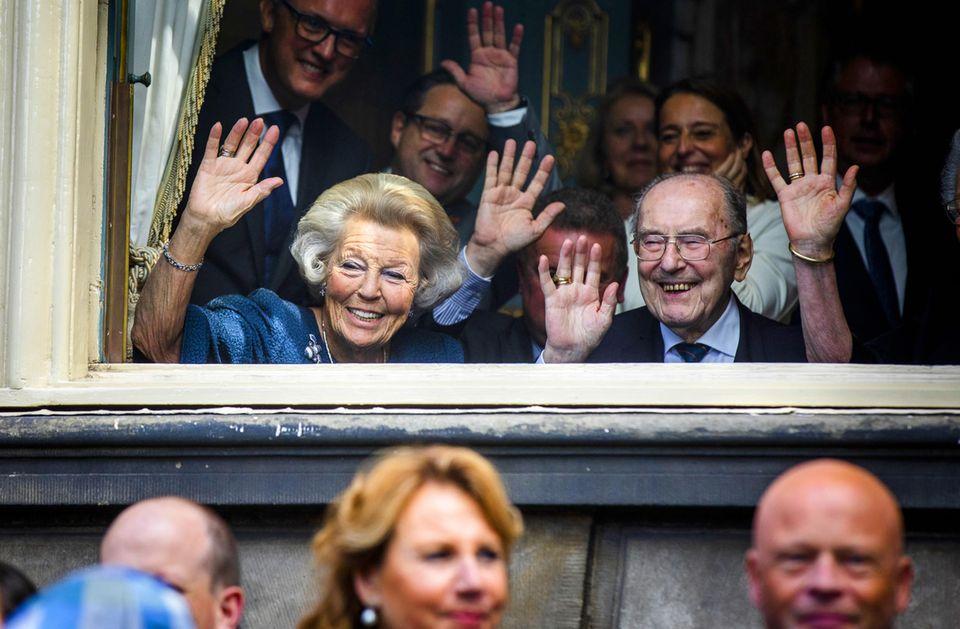 Prinzessin Beatrix und Veteran Rudi Hemmes winken für die Kameras.