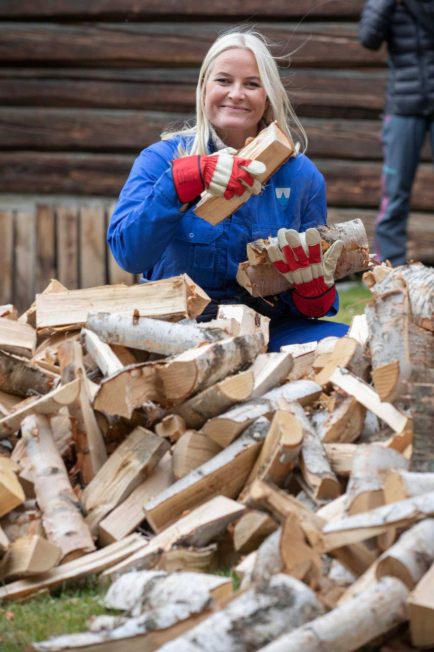 17. September 2019   Beim Besuch des Stadtmuseums von Lesja im Rahmen ihrer Reise durch die norwegische Provinz Oppland musstenPrinz Haakon und Prinzessin Mette-Marit ordentlich mit anpacken und Holz für den Winter sammeln.