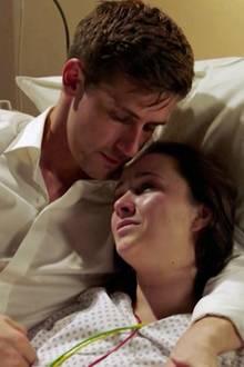 """Traurige Szenen bei """"Sturm der Liebe"""": Die todkranke Romy in den Armen ihres Ehemannes Paul."""
