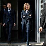 Frankreichs First Lady Brigitte Macron ist für ihre stilvollen Looks bekannt. Zu einem Termin erscheint Brigitte nun in einem eher unaufregenden Outfit - doch auch diesen Look rockt sie! Die Blondine trägt eine hautenge Blue Jeans in Kombination mit einem weißen Shirt und einem Blazer. Dazu kombiniert Brigitte Macron Boots mit Absatz aus Wildleder. Doch ein Detail fällt auf ...