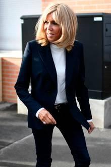 Das weiße Shirt, das Brigitte Macron unter ihrem Blazer trägt, scheint aus einem empfindlichen Stoff zu sein. Bei genauerer Betrachtung ist zu erkennen, dass sich einige Knitterfalten gebildet haben. Ein kleiner Fashion-Fauxpas, der eben auch einer perfekten First Lady passieren kann.