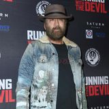 """Nicolas Cages Erscheinung zur Premiere seines neuesten Films """"Running With The Devil"""" ist leider alles andere als gentlemanlike. Im Schmuddel-Look mit Rauschebart und speckiger Jeansjacke ist der Schauspieler kaum wiederzuerkennen."""