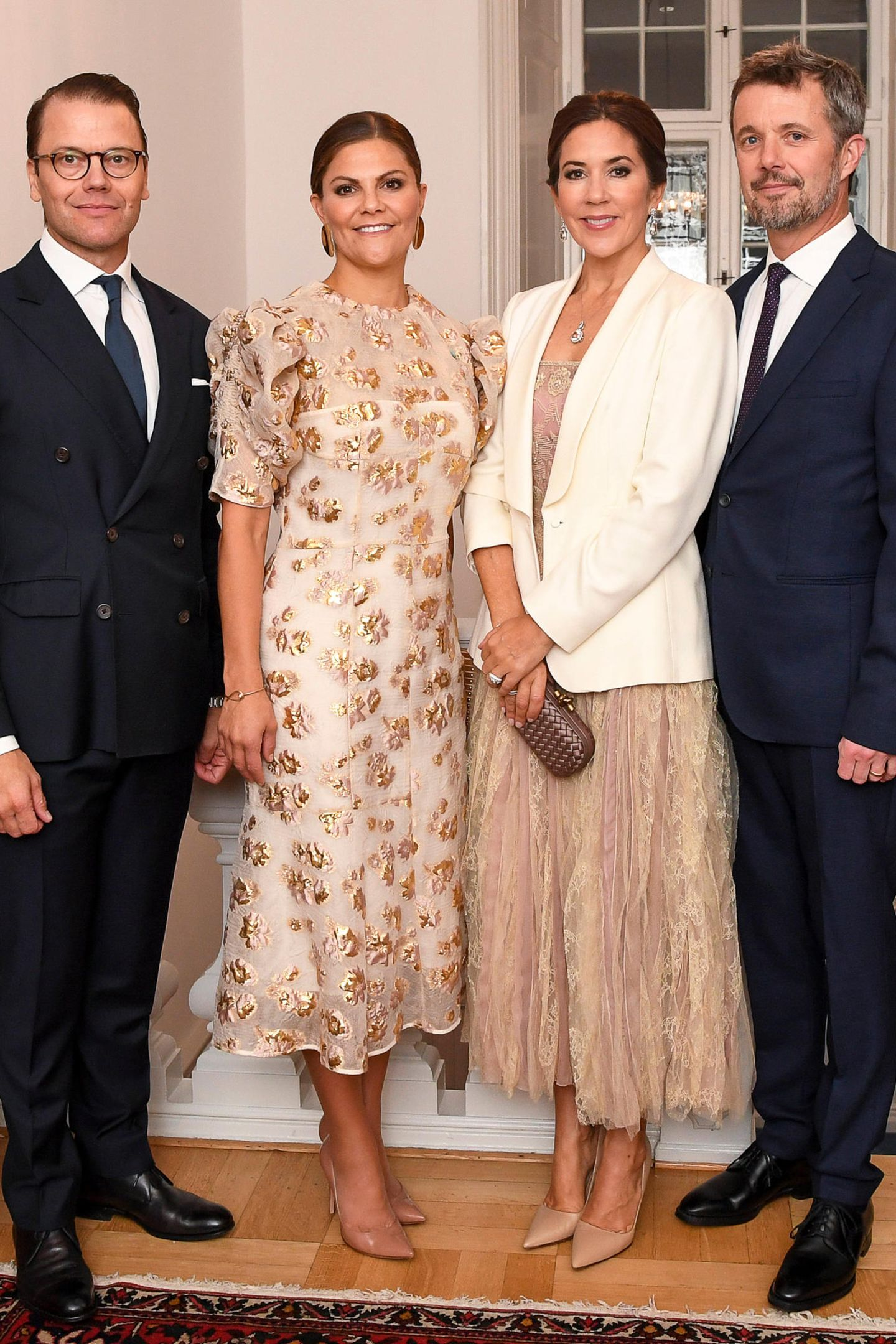 """Zum Dinner in der Residenz des schwedischen Botschafters trägt Prinzessin Victoria das """"Amalfi Dress"""" desLabels By Malene Birger (ca. 805 Euro). Im Januar lief dieses Kleid noch über den Laufsteg ..."""