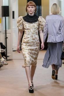 Bei der Fashionweek in Kopenhagen zeigt das Label By Malene Birger auf dem Catwalk das Kleid, in das sich Prinzessin Victoria wenig später verliebt hat. Wir finden: Der Prinzessin steht das Outfit deutlich besser als dem Model.