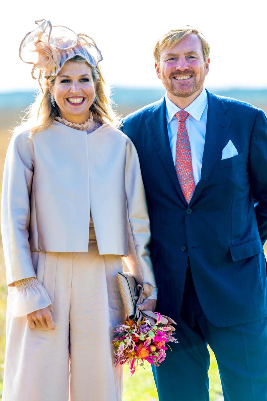 Beim Provinzbesuch setztKönigin Máxima modisch auf eine helle Kombination aus Hose und Kurzblaser, während König Willem-Aleaxnder sich für einen dunkelblauen Anzug kombiniert mit roter Krawatte entschieden hat.