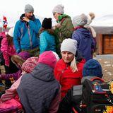 Bei ihrer Ankunft in der Gemeinde Dovre unterhalten sich Haakon und Mette-Marit mit Schulkindern.