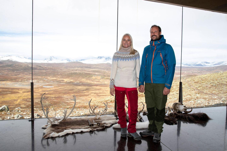 Drei Tage lang besuchen Prinzessin Mette-Marit und Prinz Haakon die Provinz Oppland. Am Aussichtspunkt Snøhetta posiert das PaarHand in Hand vor atemberaubender Kulisse.