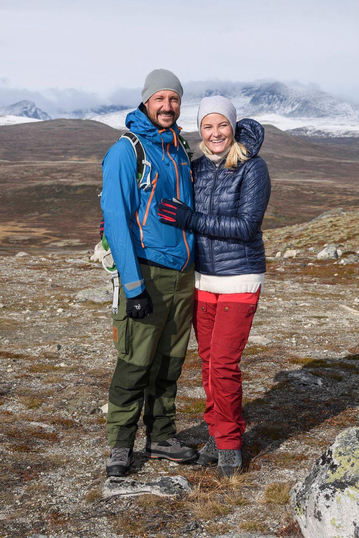 Mette-Marit schmiegt sich glücklich lächelnd an ihren Haakon.