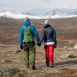 Händchen haltend wandern die beiden durch die raue Landschaft.