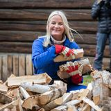 In Lesja packt Mette-Marit mit an und trägt Feuerholz.
