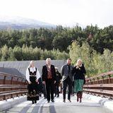 Zusammen mit Bürgermeister Elias Sperstad unternimmt das norwegische Kronprinzenpaar einen Rundgang.