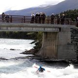 Der wilde Fluss, den sie auf der Brücke überqueren,ist bei Rafting-Fans beliebt.