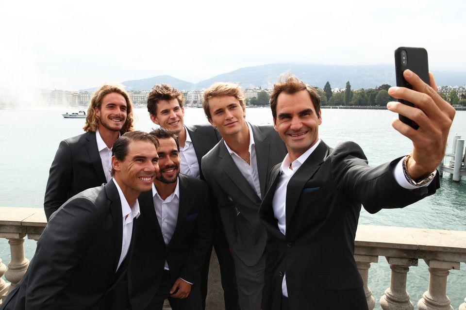 """18. September 2019  Zum Auftakt des """"Laver Cup 2019"""" in Genf haben sich die Tennisspieler in Schale geworfen. Das Zusammentreffen mit seinenTeamkollegen Alexander Zverev, Dominic Thiem, Fabio Fognini, Stefanos Tsitsipas und Rafael Nadal hält Roger Federer mit einem Selfie fest."""