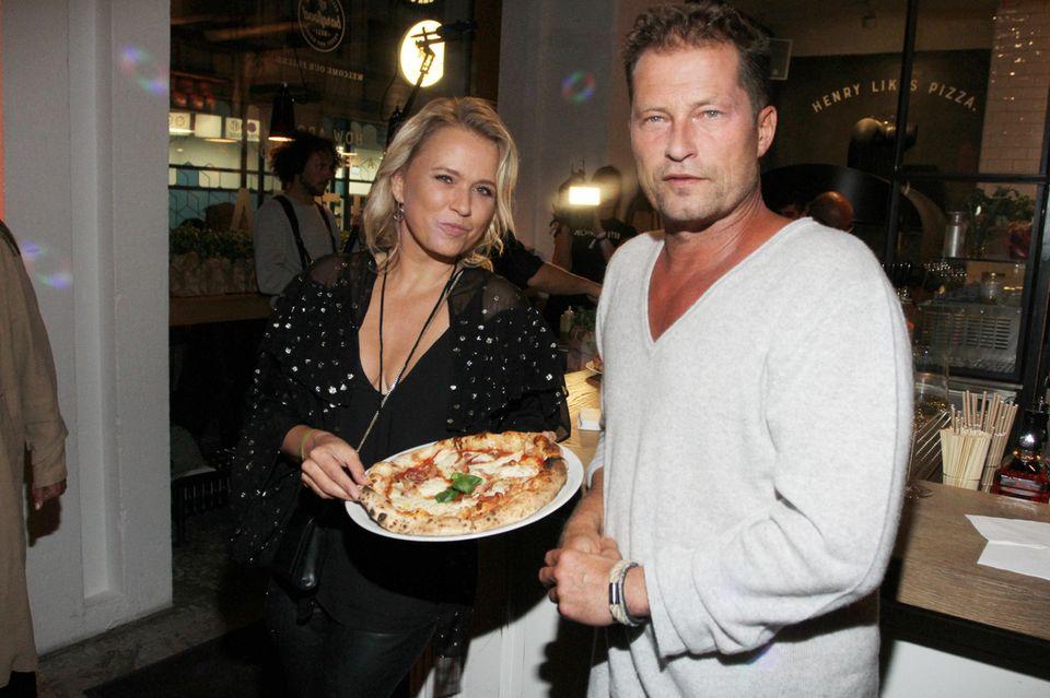 """17. September 2019  Eine Pizza mit Nova Meierhenrich und Til Schweiger gibt es bei der Eröffnung von """"Henry likes Pizza"""" im Hamburger """"Barefood Deli"""" des Schauspielers."""