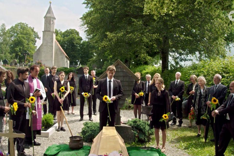 """""""Sturm der Liebe"""": Paul steht fassungslos am Grab seiner Ehefrau Romy."""