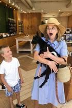 Nanu, wie ist denn diese kleine Ziege in die Arme von Reese Witherspoon gekommen? Egal, Mama und Sohn finden auf jeden Fall Gefallen an demtierischen Freund.