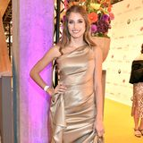 Cathy Hummels ähnelt in ihrem goldenen Kleid mit Wickeloptik von Escada einer Göttin. Filigrane Heels und offene Locken machen den glamourösen Look perfekt.