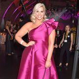 Angelina Kirsch zeigt sich in einem pinkfarbenen One-Shoulder-Kleid mit passenden Pumps.