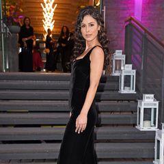 Dass es nicht immer die klassische Robe sein muss, beweist Lena Meyer-Landrut. Sie trägt einen schwarzen Jumpsuit aus Samt und posiert selbstbewusst für die Fotografen.