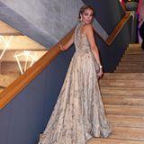Model Annika Gassner setzt ihr Traumkleid von Jasmin Erbas auf den Stufen in Szene. Ein lasziver Blick über die Schulter macht das Bild perfekt.