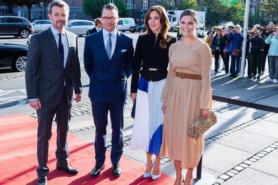 Blau trifft beige: Mary und Victoria harmonieren dank gleicher Länge und ähnlichem Schnitt ihrer Outfits trotzdem perfekt.