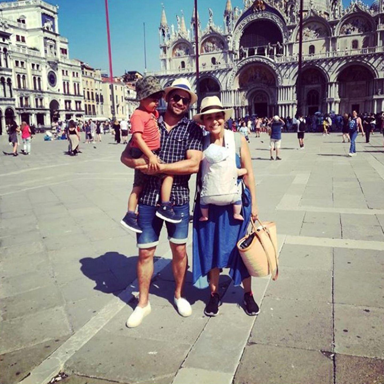 """19. September 2019  """"Voll die Touris""""  Nina Moghaddam geht zwar davon aus, dass es bessere Optionen für einen Städtetrip mit Kids gibt, auf diesem Urlaubsschnappschuss zeigen sie, Dominik und ihre Jungs Lenny und Mylo sich in der traumhaften Kulisse Venedigs trotzdem völlig entspannt."""