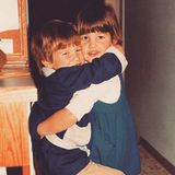Cobie Smulders  Ein Familienmensch war die kleine Cobie (rechts im Bild) schon immer.Dieses Foto von 1988 zeigt sie bei einer herzlichen Umarmung mit ihrem Bruder.