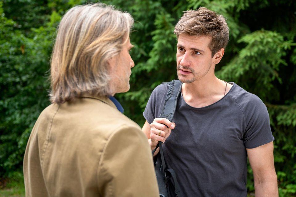"""Sturm der Liebe"": Der verzweifelte Paul (Sandro Kirtzel, r.)beschuldigt Dr. Niederbühl (Erich Altenkopf, l.)"