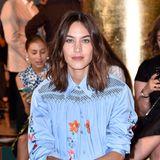 Entspannt in Himmelblau: Alexa Chung besucht die Fashion-Show von Prada.