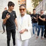 Olivia Palermo strahlt auf dem Weg zur Fashion-Show von Alberta Feretti besonders schön.